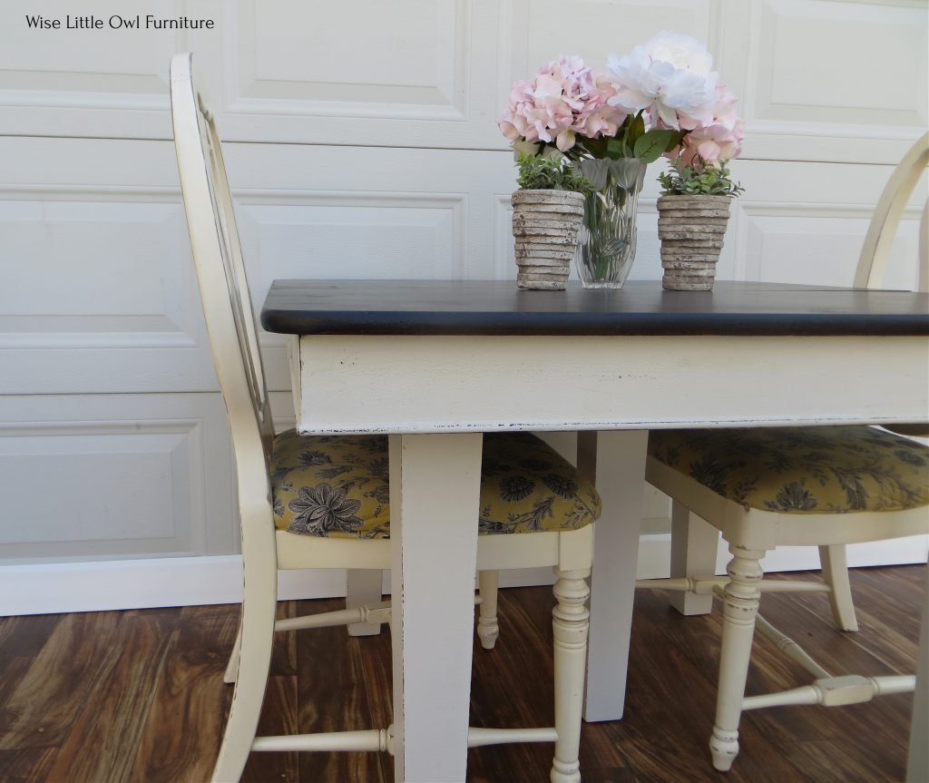 5 leg dining table close up